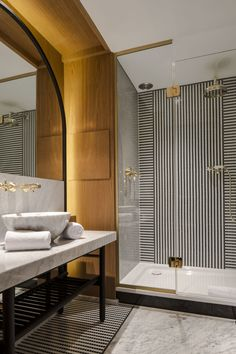 Black and White Striped Tile | Une salle de bain de luxe, or et marbre | Luxury hotoel bathroom | Hotel Vernet Paris