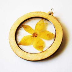 Kruhový prívesok - žltý kvet v drevenom ráme  Crystal resin pendant in wooden frame  www.sperkysan.sk