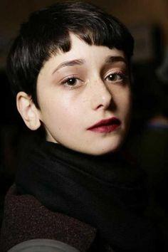 Very-Short-Dark-Hair-Female.jpg 500×751 pikseli
