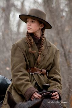 "Hailee Steinfeld as Mattie ross in ""True grit"" by Joel & Ethan Coen Westerns, Hailee Steinfeld True Grit, Brothers Movie, Coen Brothers, Into The West, Joker, Evan Rachel Wood, Western Movies, Le Far West"