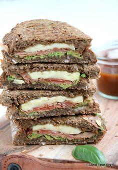 Tosti met avocado, brie en Serrano ham - Mind Your Feed Party Sandwiches, Wrap Sandwiches, Steak Sandwiches, Brie, I Love Food, Good Food, Grilled Burger Recipes, Serrano Ham, Dutch Recipes
