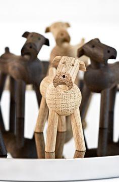Med det drejelige hoved årvågent på skrå og halen lige i vejret er Tim et af Kay Bojesens mest udtryksfulde dyr, og han vil hurtigt blive en del af familien. #TimHund #KayBojesen #Huund #dog #danishdesign #danskdesign #inspirationdk #nyhed