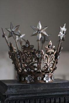 Antiqued Santos Crown