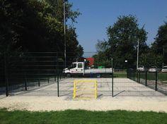 Pannaveld, kleine voetbalkooi in het plaatsje Een. Afmetingen 7.5 x 15 meter. Wanden van het pannaveld groen gecoat en frisse gele doeltjes. Geluids- en vandalisme-arm.