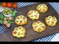 Puff pastry flowers: the appetizing appetizer ready in a few … – Meat Foods Party Finger Foods, Snacks Für Party, Antipasto, Beef Skillet Recipe, Good Food, Yummy Food, Food Platters, Tapas, Yummy Appetizers