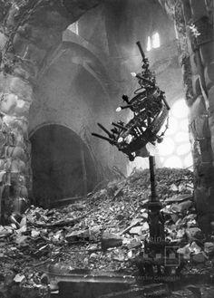 Kaiser-Wilhelm-Gedächtniskirche nach dem Luftangriff November 1943 Gedächtniskirche Berlin, Berlin Photos, West Berlin, Berlin Germany, Building On Fire, Kaiser Wilhelm, Dresden Germany, No Mans Land, Military Photos