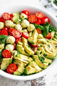 Make this Caprese Pasta Salad for a delicious vegetarian pasta salad recipe. Everyone will love this easy pasta salad inspired by Caprese Salad, but instead basil tomato mozzarella pasta! Ensalada Caprese, Caprese Salat, Caprese Salad Recipe, Avocado Cafe, Avocado Salat, Salad With Avocado, Avocado Food, Avocado Dessert, Avocado Salad Recipes