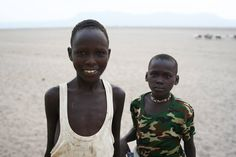 Khamisi y Sefu son niños pastores del norte de Kenia. Su día a día consiste en buscar agua para los rebaños de los que se tienen que ocupar. Su responsabilidad es enorme, pues de todos y cada uno de estos animales depende su familia.  Con acceso a agua potable para su poblado y para los animales, sus largas caminatas por el desierto se terminarían. Irían al colegio, jugarían, soñarían con ser médicos, enfermeros, profesores... volverían en definitiva, a ser niños de 10 y 12 años.