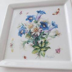 #porcelainpainting #handpainted #porcelaintile #porcelain #artwork #flower #butterfly #painting #tile #meissen #포슬린페인팅 #울산포슬린 #포슬린수업 #포슬린타일 #핸드페인팅 #포슬린 #포슬린타일 #꽃 #그림 #plate #취미 #blue #art