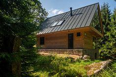 Martin Zeman - DAtelier - Dřevostvaba v Krkonoších Home Fashion, Cabin, House Styles, Home Decor, Cabins, Cottage, Interior Design, Home Interior Design, Wooden Houses