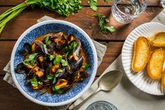Easy recipe for mussels in tomato sauce. Quick and delicious seafood dish. Mussels, Seafood Dishes, Savoury Dishes, Kung Pao Chicken, Tomato Sauce, Easy Meals, Tasty, Ethnic Recipes, Tomato Gravy