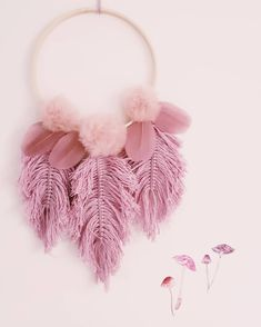 deko herbst Pompoms & feathers _____________________ It's Wednesday and it's pink Crochet Dreamcatcher, Macrame Art, Macrame Projects, Yarn Projects, Pom Pom Crafts, Yarn Crafts, Diy Home Crafts, Diy Arts And Crafts, Macrame Patterns