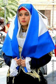 ANSEY hijab  aynen bir müslüman gibi örtünmüş