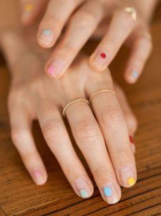 Nail Art: Multi Colored Stripes & Dots Multi Colored Nail Art: wir treiben es heute auf die Spitze und zeigen euch das schönste Nail Design für diesen Sommer. Nail Art Stripes, Dot Nail Art, Spring Nail Colors, Gel Nail Colors, Minimalist Nails, Sparkle Gel Nails, Stars Nails, Natural Nail Art, Natural Makeup