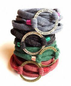Wrap-ambanden van recycled textiel en bronzen of zilveren ring met tekst. Daughter, Lifestyle, Bracelets, Interior, Diy, Vintage, Jewelry, Fashion, Moda