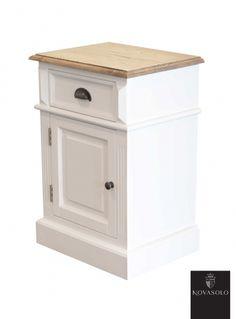 Lekkert Hamilton nattbord med skuff og skap. Nattbordet har en pen fargekombinasjon med hvitmalt understell mot topplaten i eik.Topplaten er i…