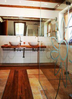 Waschtisch Aus Holz Mit Waschschüsseln. #holz #holzmöbel #Badezimmer  #designermöbel