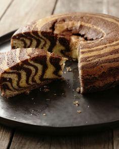 Een superoriginele versie van marmercake: zebracake! Lepel de 2 soorten beslag telkens om de beurten op mekaar, zo krijg je een mooi zebrapatroon, zo leuk! Dutch Recipes, Sweet Recipes, Cake Recipes, Dessert Recipes, Sweet Cookies, Cake Cookies, Zebra Cakes, Party Finger Foods, Pureed Food Recipes