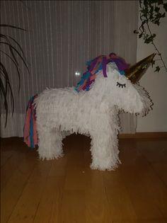 Bastle mit der Anleitung eine tolle Einhorn-Piñata. Auffüllen, aufhängen und Spaß haben!