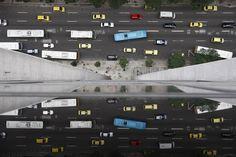 É preciso ter jogo de cintura, resistência e muita paciência para enfrentar o trânsito do Rio. Do excesso de ônibus no Centro à falta deles na Zona Oeste, as justificativas são muitas, mas faltam explicações para as filas intermináveis, os veículos abarrotados e os engarrafamentos estressantes. Custódio Coimbra revela as imagens deste transtorno diário.