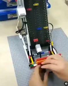 Jogo mecânico de corrida com Lego Mechanical racing game built with some lego pieces. Lego Wedo, Lego Mindstorms, Lego Duplo, Legos, Technique Lego, Lego Games, Video X, Lego Design, Lego Architecture
