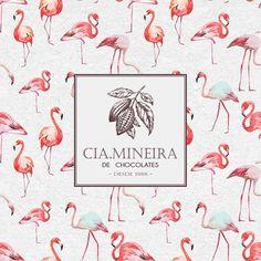 O flamingo é um pássaro rosado e de grande porte que simboliza a alma em ascensão para o encontro com a luz. Aparece indicando que a alma está a deixar as trevas em direção à luz. E nada melhor que utilizá-lo em nossa coleção de embalagens para o ano de 2017, que veio cheio de esperanças para mudanças positivas! Venha até o @uberlandiashopping conhecer toda a nossa coleção de embalagens para chocolates, você também vai se apaixonar! 💝✨✨ #CiaMineiradeChocolates #Uberlândia #Flamingos…