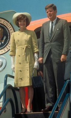 JACKIE KENNEDY: December 1961 Where: With President John F. Kennedy at the airport while touring Alliance for Progress projects in Latin America. Jacqueline Kennedy Onassis, John Kennedy, Estilo Jackie Kennedy, Jaqueline Kennedy, Les Kennedy, Kennedy Town, Caroline Kennedy, Visa Americana, Familia Kennedy