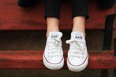 Si tienes dudas, póntelas. Somos muy fans de las Converse blancas bajas, y tenemos 45 pruebas de que son la elección perfecta todo el año.