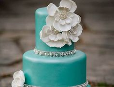 Love the teal on this wedding cake