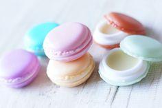 Pakkasten tultua itsetehtyä huulirasvaa oli tehtävä taas lisää. Törmäsin netissä näihin suloisiin macaron -purnukoihin täällä. Toimitus oli nopea n...