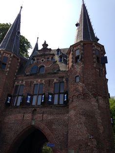 De mooie oude Hanzestad Kampen heeft verschillende monumentale stadspoorten. (1987)