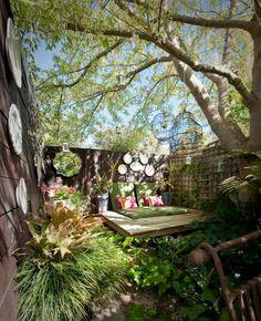 aménagement de petit jardin en ville avec une décoration ecléctique