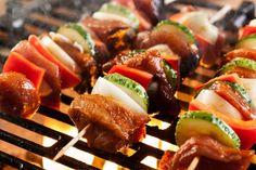 Une marinade simple et savoureuse pour vos brochettes de boeuf : Dijon et balsamique Cordon Bleu, Caprese Salad, Sushi, Sausage, Dips, Bbq, Food And Drink, Cooking, Ethnic Recipes