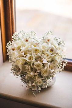 Buquê de noiva: qual é o seu estilo? Conheça os tipos de buquê para casamento e escolha o seu. Na foto, um lindo buquê branco em formato de coração. White Wedding Bouquets, Bride Bouquets, Flower Bouquet Wedding, Farm Wedding, Diy Wedding, Wedding Ideas, Wedding Bells, Wedding Card Post Box, Top Table Flowers