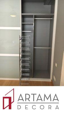 Interior en mel color aluminio con zapatero en vertical.