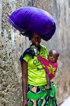 Africa | Mother and child in Lamu, Kenya | © Éléonore Bridge