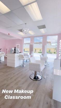 Home Nail Salon, Nail Salon Decor, Beauty Salon Interior, Salon Interior Design, Studio Interior, Hair And Nail Salon, Salon Nails, Nail Salons, Beauty Bar Salon