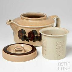 Ruija teapot and strainer, ,designed by Raija Uosikkinen. Find out more about Nordic vintage from Finland on our website 🔎 www.astialiisa.com⠀ 🌍 Free shipping on orders over 50 €! #raijauosikkinen #arabia #arabiafinland #scandinavianvintage #finnishvintage #nordicvintagehome #finnishhomes #nordichome #nordichomes #nordicdishes #nordicvintage #vintagedishes #retrodishes #uosikkinen #Finnishdesign #retrocups #coffeecup #Scandinaviandesign #ruija