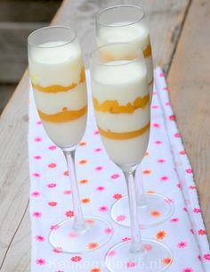 Deze yoghurt panna cotta met ananas is de perfecte afsluiter na een gezellig zomers diner in de tuin. Heerlijk licht en fris van smaak!
