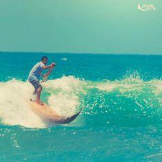 Surfeando sobre un caballito de totora en Huanchaco, Trujillo (costa norte del Perú)