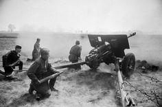 Советский орудийный расчет 76-мм дивизионной пушки ЗиС-3 гвардии сержанта Н.П.Нефедова ведет огонь на подступах к Берлину