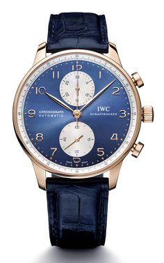 """Zu der in Zusammenarbeit mit verschiedenen Uhrenmarken entstandenen """"blauen"""" Boutique-Kollektion von Juwelier Bucherer gehört auch die IWC Portugieser Chronograph Blue Editions. Die klassische Uhrenschönheit mit den arabischen Ziffern, der fein gezeichneten Eisenbahnminuterie und den schlanken"""