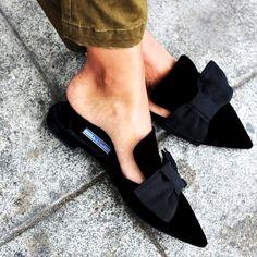 Você quer uma novidade em calçados baixos? As mule flats são a aposta das fashionistas mais antenadas, variação da tradicional mule (sapato sem a parte de trás, evidenciando o calcanhar, com o a parte da frente aberta ou fechada).