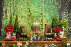 A festa bosque encantado de primeiro aniversário do pequeno contou com uma pegada rústica de floresta repleta de bichinhos fofos e uma identidade visual