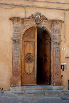 Door - Volterra, Tuscany, Italy. Image/Thomas Quine.