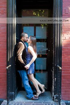 05_greenwich-village-engagement-portrait-couple-new-york-city-nyc-doorway-kiss.jpg (400×600)