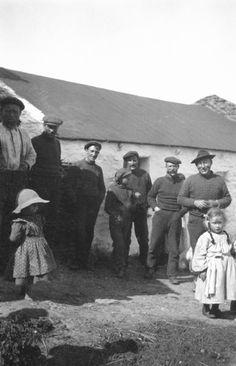 Aran Islands - Photo by the playwright John Millington Synge Old Pictures, Old Photos, John Millington, Irish Costumes, Images Of Ireland, Irish People, Irish Eyes Are Smiling, Irish Cottage, Western World