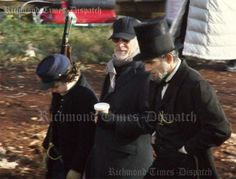 A new photo from the set of Lincoln has arrived. It features Steven Spielberg and Daniel Day Lewis at his Lincoln best. Daniel Day Lewis Movies, Daniel Day Lewis Lincoln, Lincoln Movie, Tommy Lee Jones, Hooray For Hollywood, Steven Spielberg, Scene Photo, Period Dramas, New Set