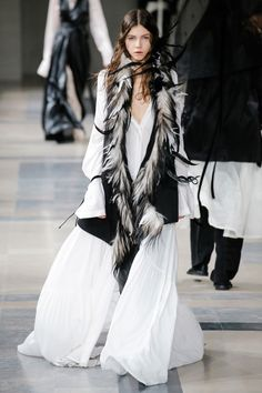 The complete Ann Demeulemeester Fall 2017 Ready-to-Wear fashion show now on Vogue Runway. Ann Demeulemeester, Fashion 2017, Runway Fashion, Fashion Outfits, Womens Fashion, Steampunk Fashion, Gothic Fashion, Vestidos Fashion, Vogue Russia