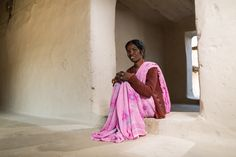"""""""Bij de eerste vergaderingen van de panchayat (de dorpsraad) zat ik stil in een hoekje"""". Rajwanti Singh (42) uit India oogt verlegen en bescheiden. Maar als ze enthousiast begin te vertellen over haar leiderschap in de panchayat blijkt ze een krachtige vrouwelijk leider, die binnen korte tijd veel heeft bereikt. Voor haarzelf, maar ook voor haar gemeenschap.     Foto: www.markvanluyk.nl"""